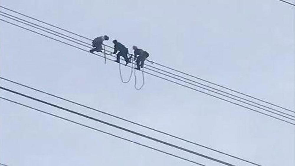 Giải cứu thanh niên đu trên đường điện cao thế 500KV